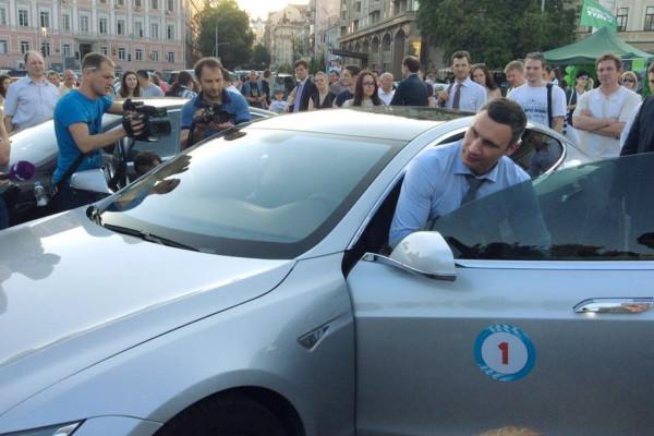 vitaliy_klichko_protestiroval_elektromobili